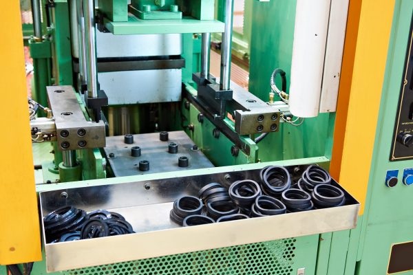 Hydraulic press for rubber vulcanization on industrial plant
